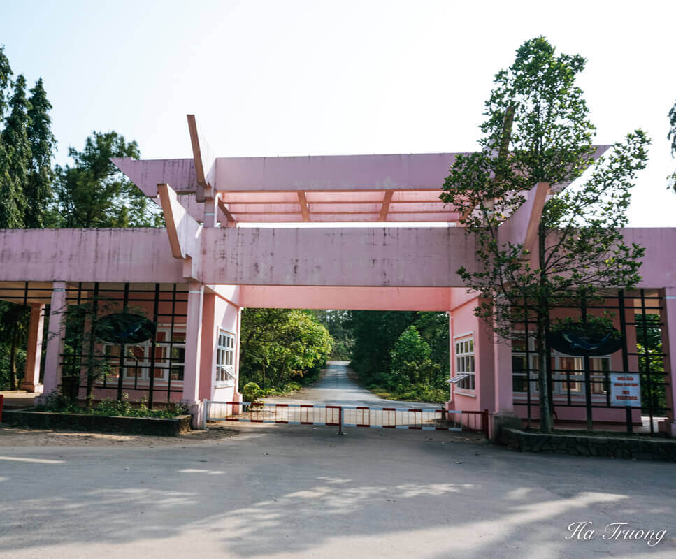 how to get in Thuy Tien lake abandoned water park entrance