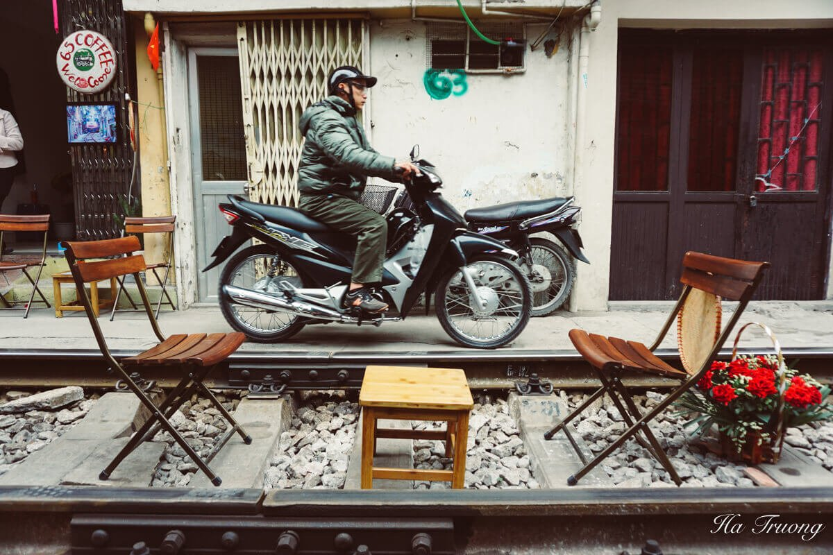 Hanoi train life with bike
