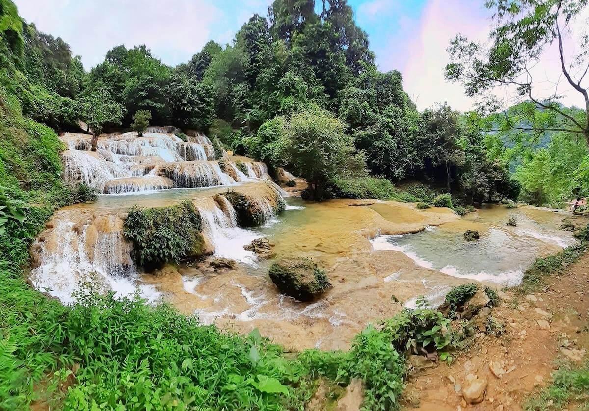 may waterfall thanh hoa vietnam.